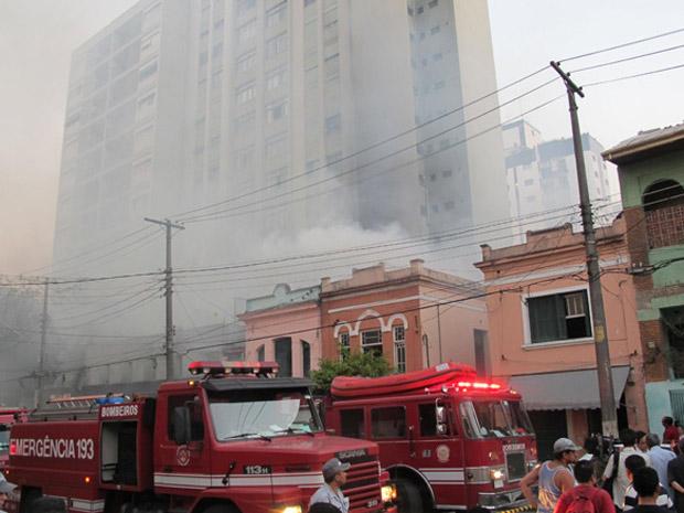Pensão pegou fogo no Centro da capital (Foto: Roney Domingos/G1)