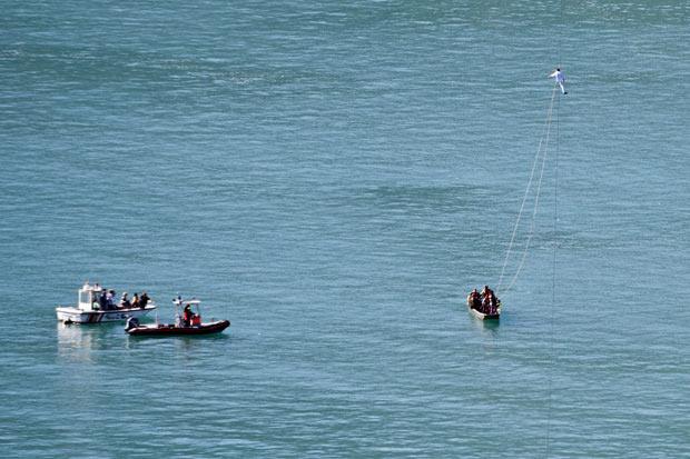 Freddy Nock durante sua primeira tentativa de atravessar o lago, no sábado. (Foto: Alessandro della Valle/AP)