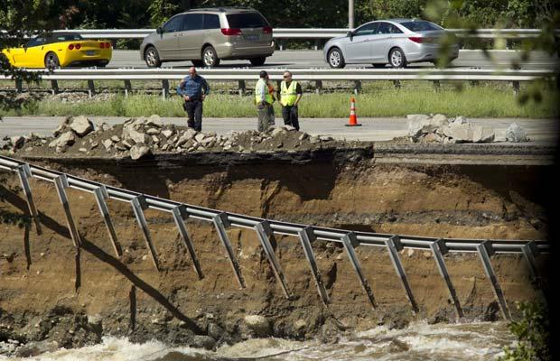 Estrago provocado por Irene na Rota 287, em Boonton, Nova Jersey, depois que o Rio Rockaway transbordou (Foto: AP)