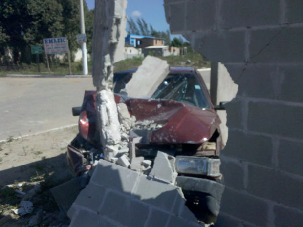 Carro invade casa em obras no ES (Foto: Diego da Silva / Divulgação)