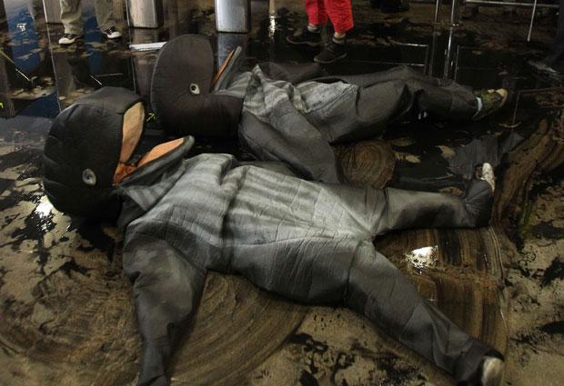 Baleias foram 'sujas' com 'petróleo' (na verdade, água com tinta preta) (Foto: Sergio Moraes/Reuters)