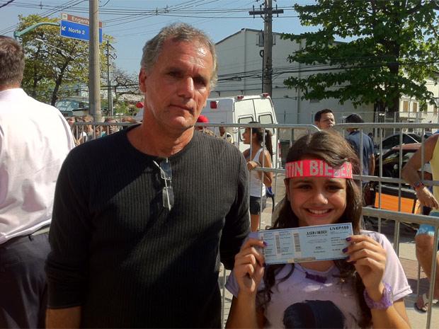 Pai e filha conseguiram comprar ingressos para assistir ao show de Justin Bieber depois de esperar 40 horas (Foto: Carla Meneghini/G1)