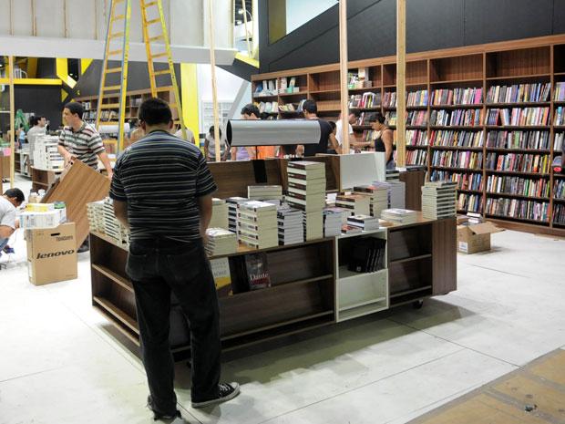 Expositores fazem últimos ajustes para a 15ª edição da Bienal do Livro do Rio, que começa nesta quinta-feira (1º)) (Foto: André Durão/G1)