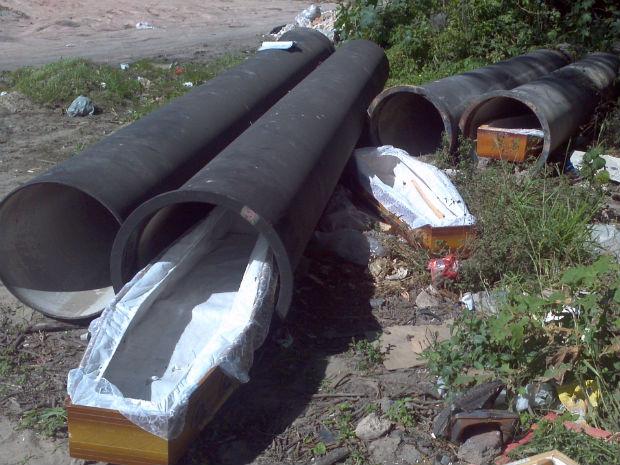 Caixões foram encontrados em um terreno baldio, às margens da Reta do Aeroporto (Foto: Bruno Faustino/TV Gazeta)