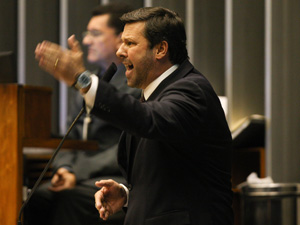 O relator do caso Jaqueline Roriz, deputado Carlos Sampaio, discursa na tribuna da Câmara (Foto: Ed Ferreira / Agência Estado)