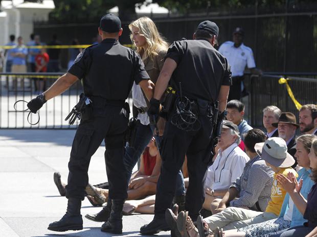 A Daryl Hannah é detida em protesto nos EUA nesta terça-feira (30) (Foto: Reuters)