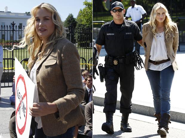 A atriz americana Daryl Hannah protesta com cartaz e depois é detida por policial nos EUA (Foto: Reuters)