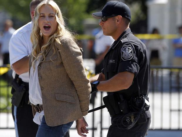 Daryl Hannah no momento em que foi abordada por policial nesta terça-feira (30) (Foto: Reuters)