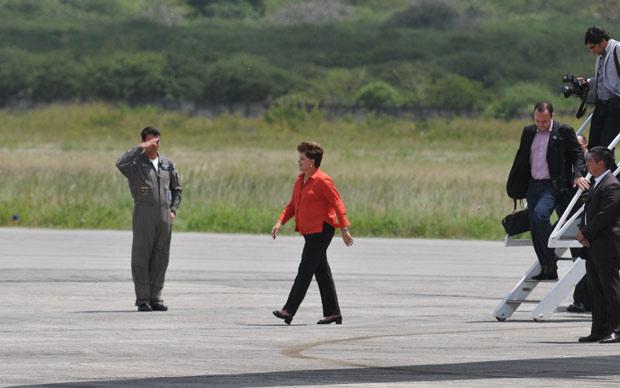 Presidente Dilma ao desembarcar em Caruaru, Pernambuco, onde participa de assinaturas de atos e inaugurações nesta terça (30) (Foto: Clemilson Campos / JC Imagens / Agência Estado)