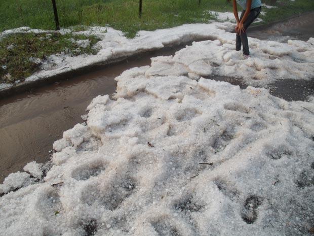 Granizo causou estragos na cidade de Passo Fundo (RS) (Foto: Vanderlan Lima/VC no G1)