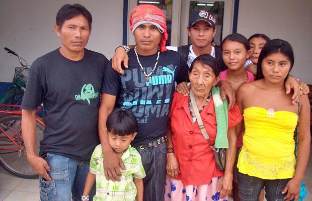 A família levou a idosa até um posto do INSS para fazer o recadastramento (Foto: INSS/Survival International)