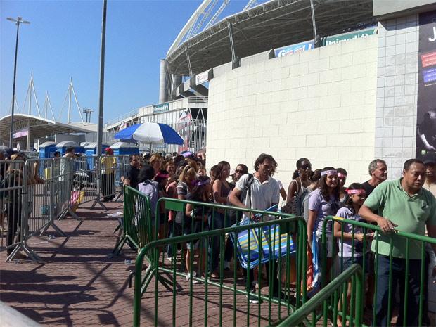 Fãs aguardavam pela sua vez de comprar ingressos para o show de Justin Bieber no Rio de Janeiro (Foto: Carla Meneghini/G1)