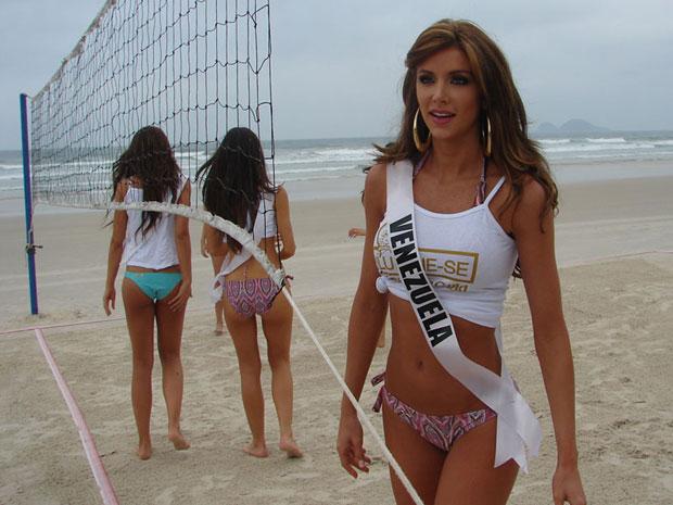 Miss Venezuela jogou vôlei na praia nesta terça-feira (Foto: Luciana Bonadio/G1)