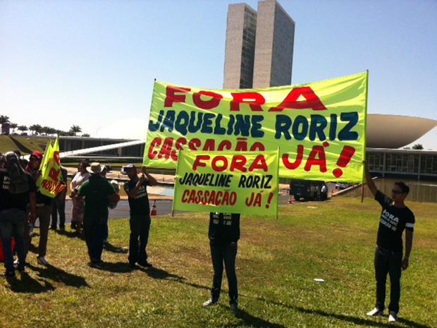 Ato realizado nesta terça-feira (30) em frente ao Congresso contra a deputada Jaqueline Roriz foi convocado pelas redes sociais, segundo manifestantes.  (Foto: Sandro Lima/G1)