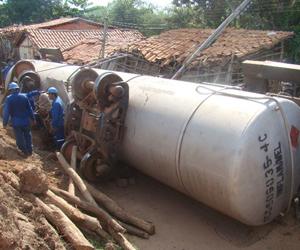 Trem de carga descarrila e atinge casas em Timon, no Maranhão (Gil Oliveira/Portal da Clube.com)