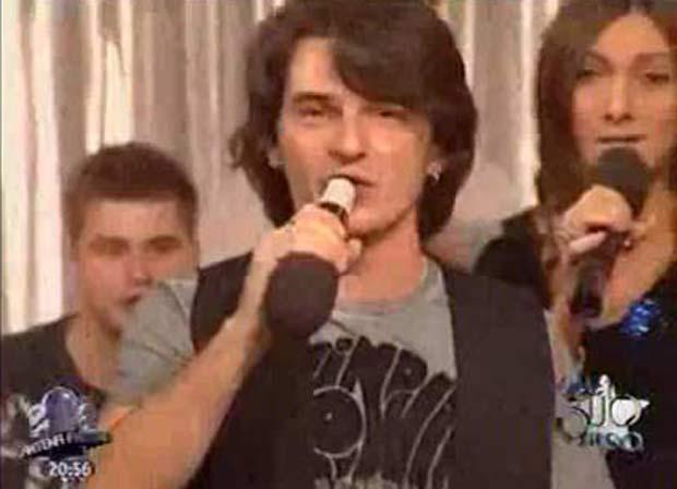Em 2009, o cantor da banda romena 'Jukebox' Alex Vasilache cometeu uma gafe e foi flagrado cantando em 'playback' com o microfone de cabeça para baixo durante uma apresentação ao vivo na emissora de TV 'Antena 2'. (Foto: Reprodução)