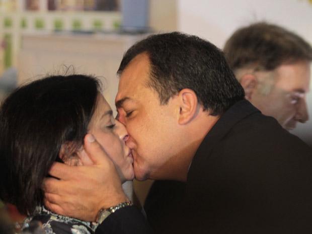 Cabral beijou Adriana Ancelmo durante agenda oficial na manhã desta quarta-feira (31) no Rio (Foto: Gabriel de Paiva / Agência O Globo)