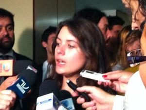 Camila Vallejo durante conversa com jornalistas após o depoimento na Comissão de Direitos Humanos na Câmara (Foto: Naiara Leão / G1)