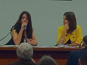 Camila Vallejo durante audiência na Comissão de Direitos Humanos da Câmara, ao lado da deputada Manuela D´Ávila (PCdoB-RS) (Foto: Naiara Leão / G1)