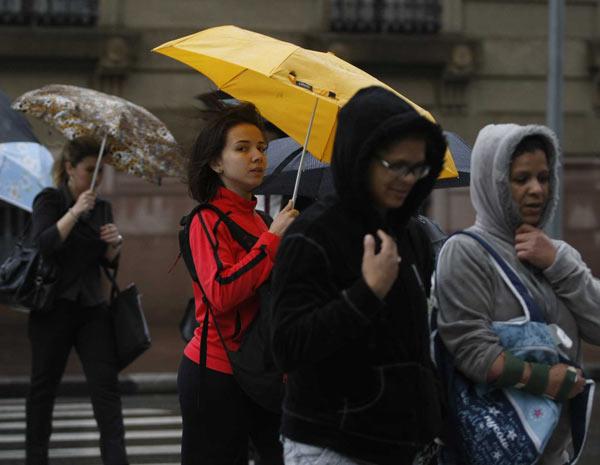 São Paulo amanheceu com chuva e frio: mudança radical em 24h (Foto: Nilton Fukuda/AE)