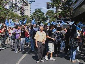 Servidores fazem protesto em frente ao Ministério Público (Foto: Reprodução TV Globo)