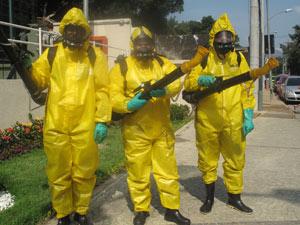 Agentes de combate ao mosquito com novos uniformes e equipamentos (Foto: Lilian Quaino/G1)
