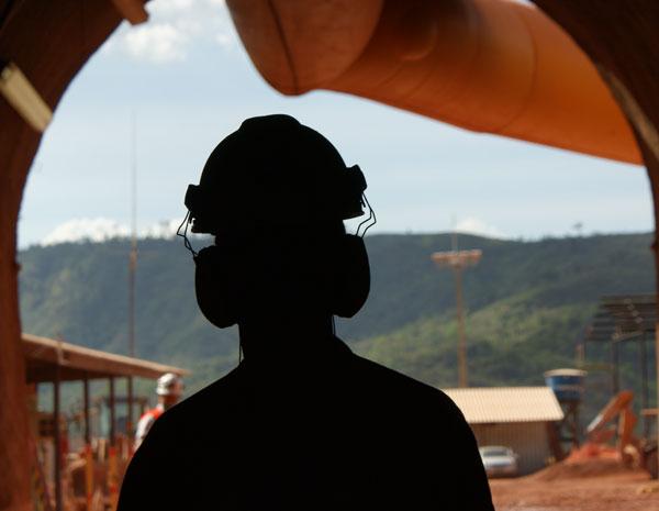 Garimpeiro da nova mina de Serra Pelada, com equipamentos de segurança para entrar na mina. (Foto: Vianey Bentes/TV Globo)