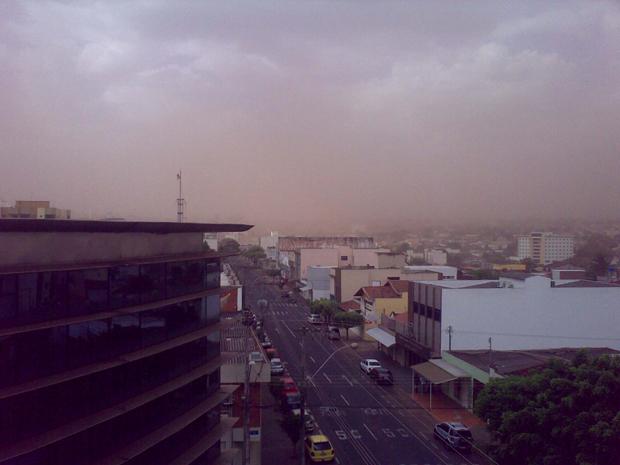 Nuvem de poeira cobre Uberlândia nesta quinta-feira (31), aniversário da cidade (Foto: Victor Patricio Rivera Vasquez/VC no G1)