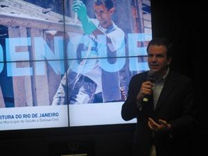 O prefeito Eduardo Paes anuncia medidas de combate à dengue na cidade (Foto: Lilian Quaino/G1)