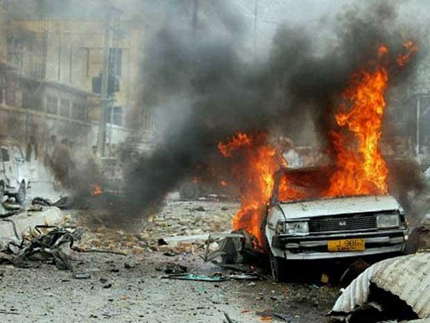 Carro-bomba explode em frente a uma mesquita em Quetta, no Paquistão, e deixa cinco mortos e dez feridos. (Foto: Banaras Khan / AFP Photo)