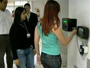 Ponto eletrônico vai imprimir comprovante a cada batida de ponto. (Foto: Reprodução / TV Globo)