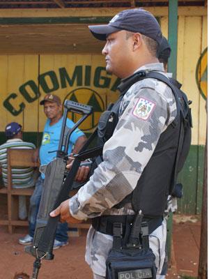 Reuniões da Cooperativa dos Garimpeiros de Serra Pelada (Coomigasp) são sempre acompanhadas por policiamento e seguranças particulares que acompanham o presidente da entidade. (Foto: Vianey Bentes/TV Globo)