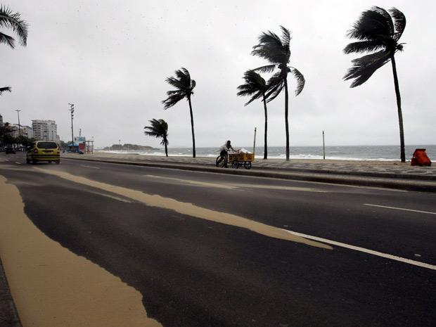 Ventania atinge o Rio nesta quarta-feira (Foto: Domingos Peixoto / Agência O Globo )