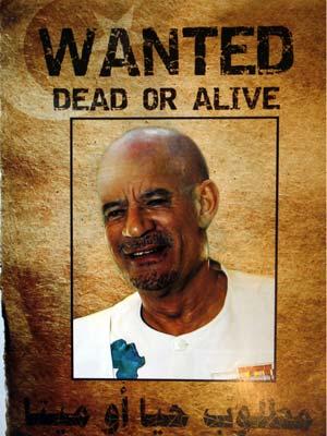 Foto publicada em jornal local de Trípoli mostra como Kadhafi ficaria de cabeça raspada (Foto: AP)