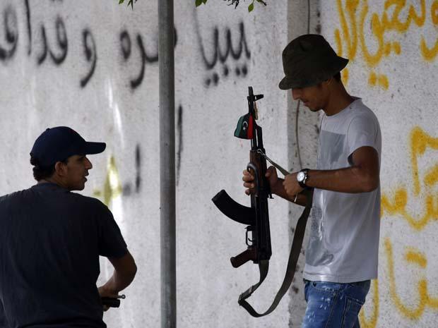 Combatentes rebeldes líbios em posto de controle na capital do país, Trípoli, nesta quinta-feira (1º) (Foto: AP)