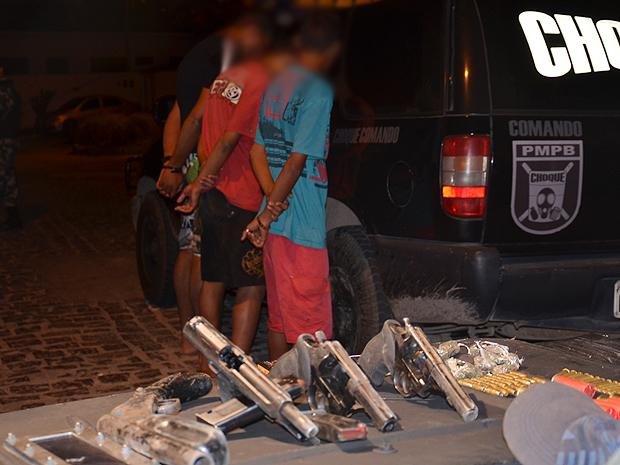 Adolescentes apreendidos no Bairro dos Ipês, em João Pessoa, PB (Foto: Walter Paparazzo/G1)