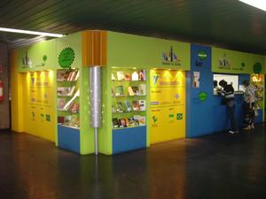 Projeto de bibliotecas gratuitas para passageiros já existe em estações de trens e metrô (Foto: Instituto Brasil Leitor/ Divulgação)