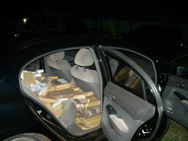 Carro com 400 quilos de maconha em Paranaíba - MS (Foto: Divulgação/PM)