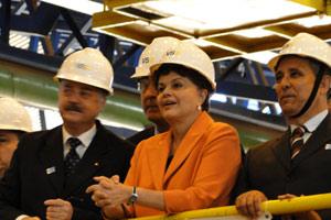 A presidente Dilma Rousseff observa funcionamento da fábrica de tubos em Jeceaba (MG) (Foto: Pedro Triginelli / G1)