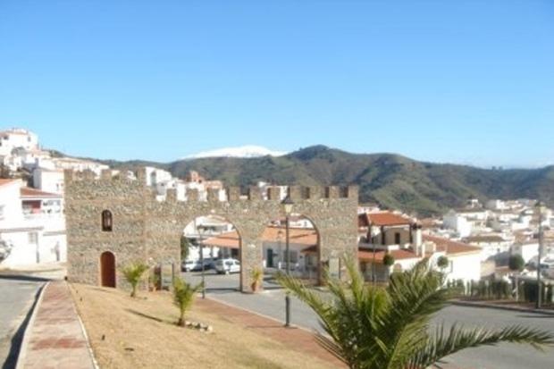 Portal na entrada principal da cidade de Moclinejo, na província de Málaga (Foto: Divulgação / Ayuntamiento de Moclinejo)