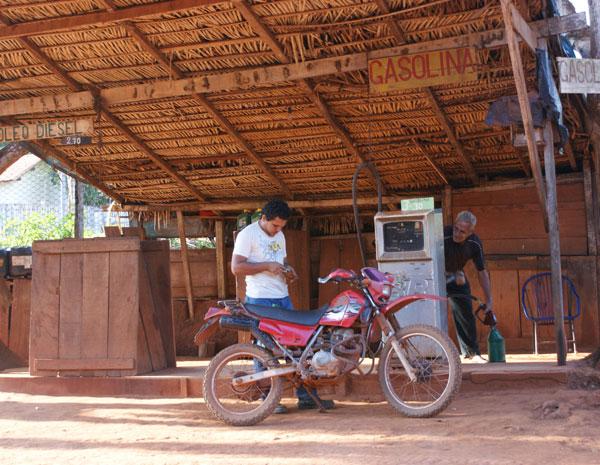 Ùnico posto de gasolina da localidade de Serra Pelada também funciona de forma artesanal. (Foto: Vianey Bentes/TV Globo)
