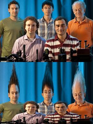 Foto mostra os efeitos causados pela tecnologia desenvolvida por Federico Capasso (de camiseta laranja) e sua equipe. (Foto: Eliza Grinnell; Nanfang Yu)