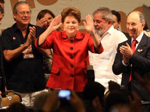 Dilma ao lado do ex-ministro José Dirceu, o ex-presidente Lula e o presidente do PT, Rui Falcão, no congresso do partido (Foto: Ed Ferreira / Agência Estado)