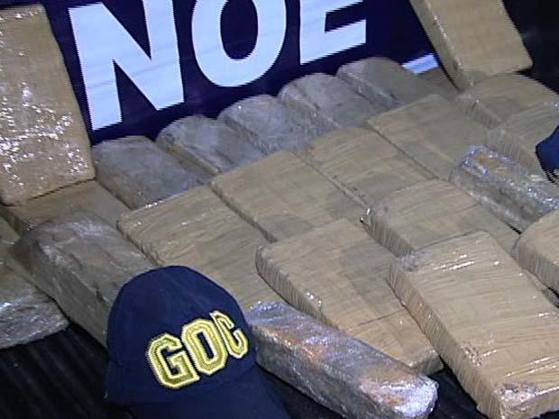 Quase 25 kg de pasta base de cocaína foram apreendidos pela polícia. (Foto: Reprodução/TV Gazeta)