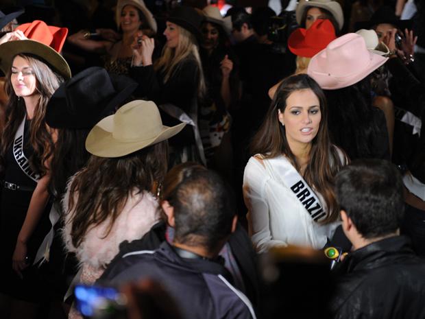 Miss Priscila Machado, 25 anos, ficou isolada em parte da festa sertaneja desta quinta-feira (Foto: Raul Zito/G1)