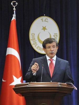 Ministro das Relações Exteriores turco, Ahmet Davutoglu, durante entrevista para a imprensa nesta sexta (2) (Foto: Reuters)