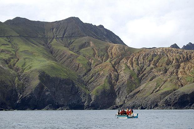 Buscas pela aeronave foram realizadas no arquipélago neste sábado (3) (Foto: Scheila Recabarren/AP)