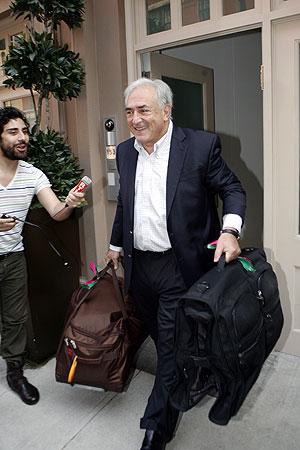 Strauss-Kahn deixa o apartamento que alugava na Rua Franklin, em Nova York, na tarde deste sábado (3) (Foto: David Karp/AP)