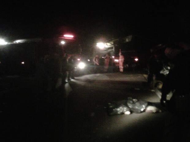 Acidente envolveu uma carreta, um ônibus e um carro. (Foto: Igor Carrasco/Agência RBS)