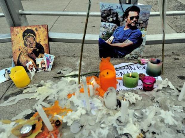 Pessoas acendem velas em homenagem ao apresentador da TVN Felipe Camiroaga em frente à emissora (Foto: AFP) (Foto: AFP)